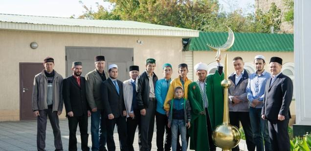 В мечети «Хусаиния» Оренбурга, установили отреставрированный полумесяц на крышу минарета
